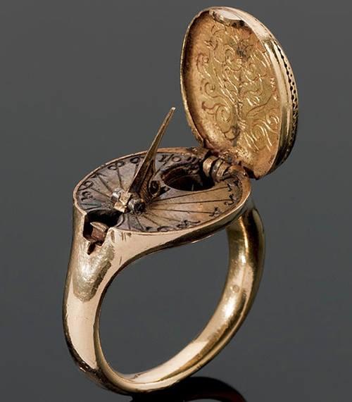 bague or, cadran solaire et compas